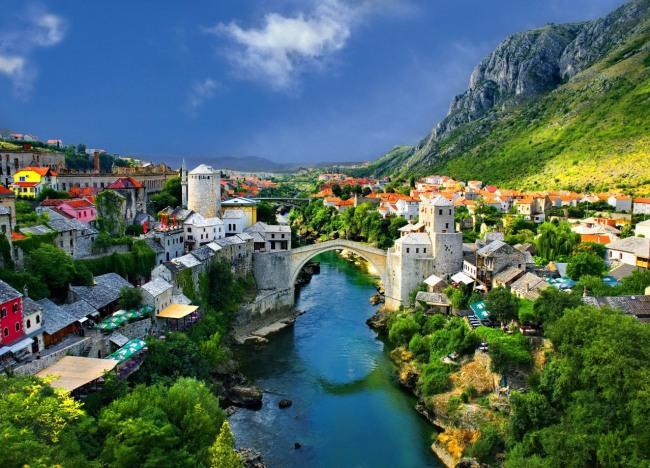 Місто на річці у горах