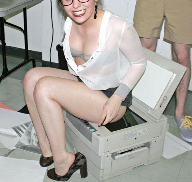 Нова секретарка навчається роботі з копіювальною технікою