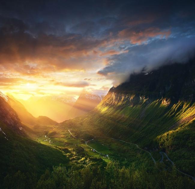 Казковий схід сонця в долині