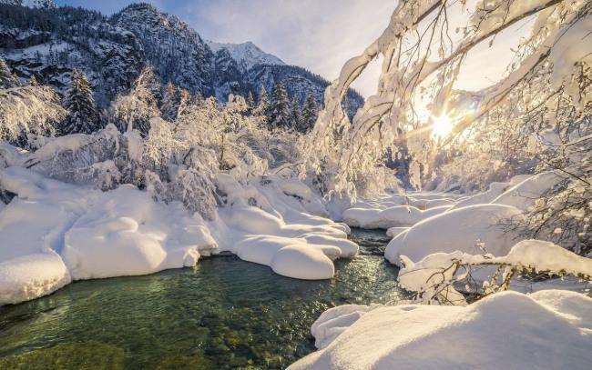 Зимова річка в горах