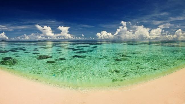 Золотий пляж на березі смарагдового моря