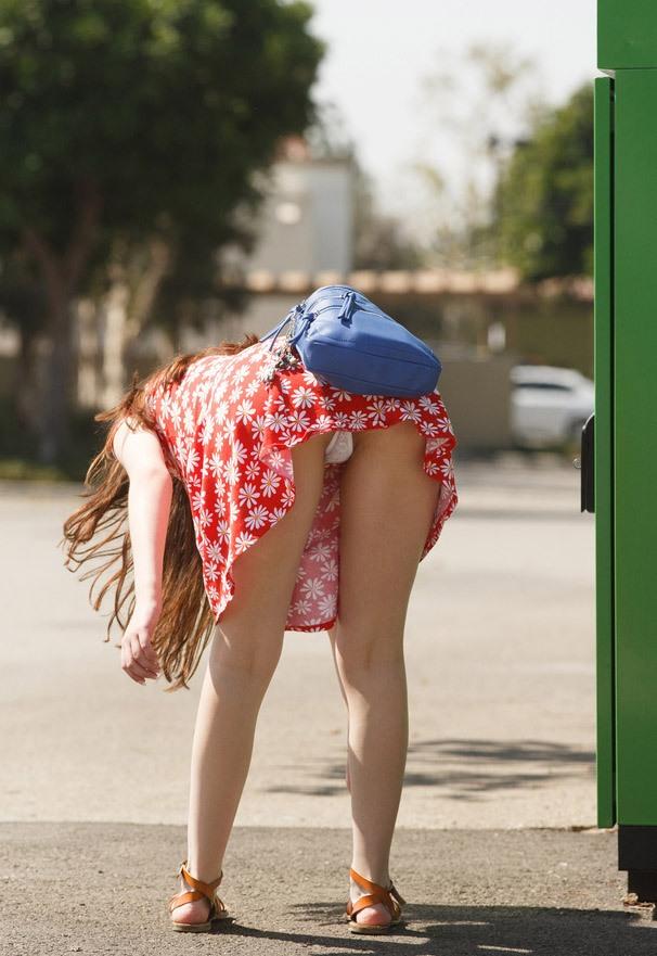 девушки в коротких юбках и видно трусы - 12