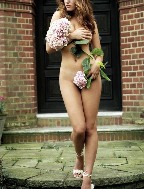 Скромно прикрилася квітами