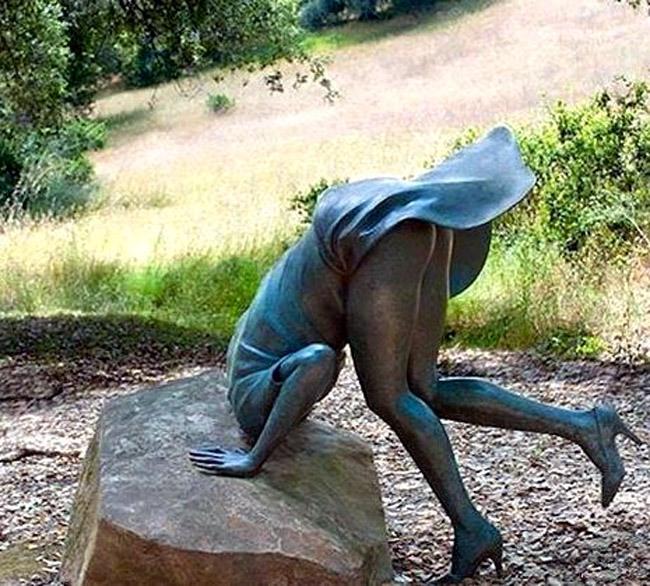 Скульптура з задертою спідницею
