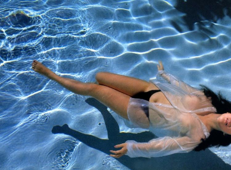 Еротично плаває в басейні