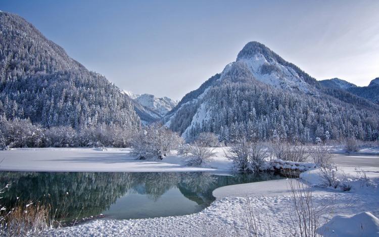 Озеро в горах взимку