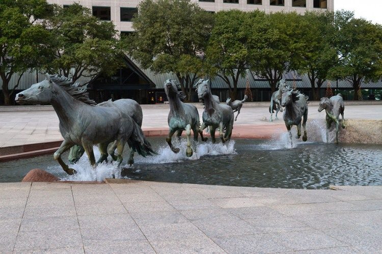 Фонтан з кіньми