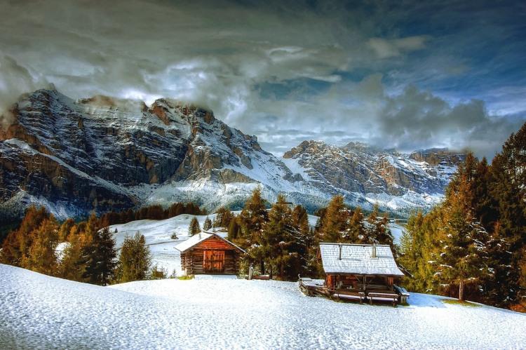 Моя хата з краю взимку в горах