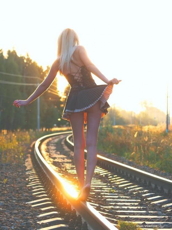 Дівчина вранці по рейках гуляла. Дівчина потяг не помічала