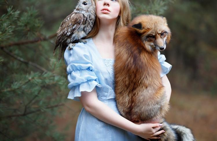 Дівчина зі своїми домашніми тваринами