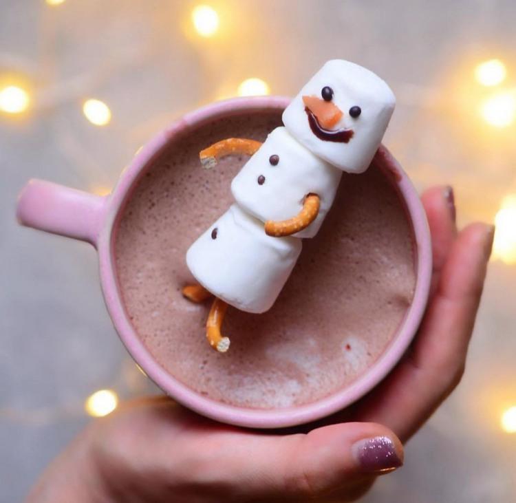 Солодкий сніговик до гарячої кави