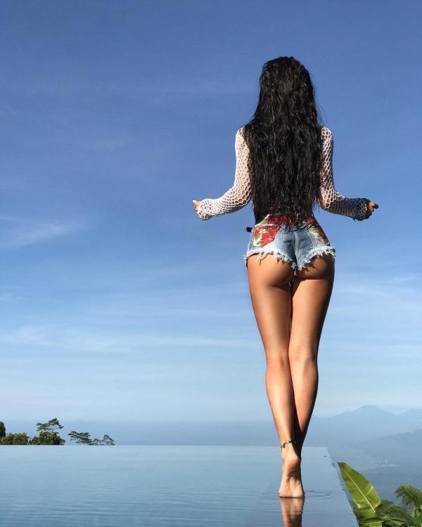Дівчина гуляє по воді