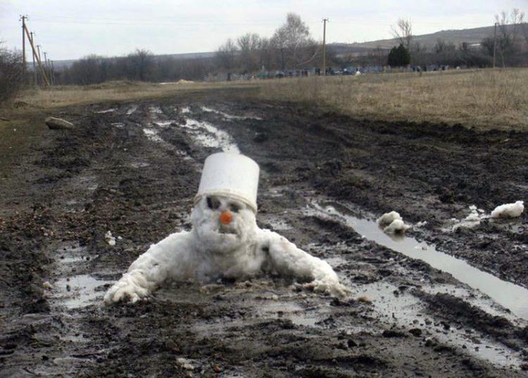 Сніговик тоне в багнюці