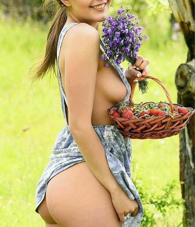 Весела дівчина з полуницею і квітами