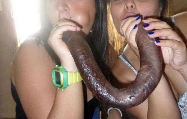 Одна довга ковбаса для двох подруг