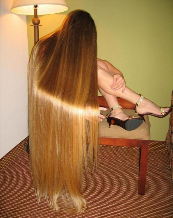 Довге волосся сховало майже всю дівчину