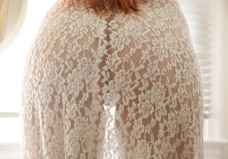 Прозора мереживна сукня форму сідниць приховати не змогла