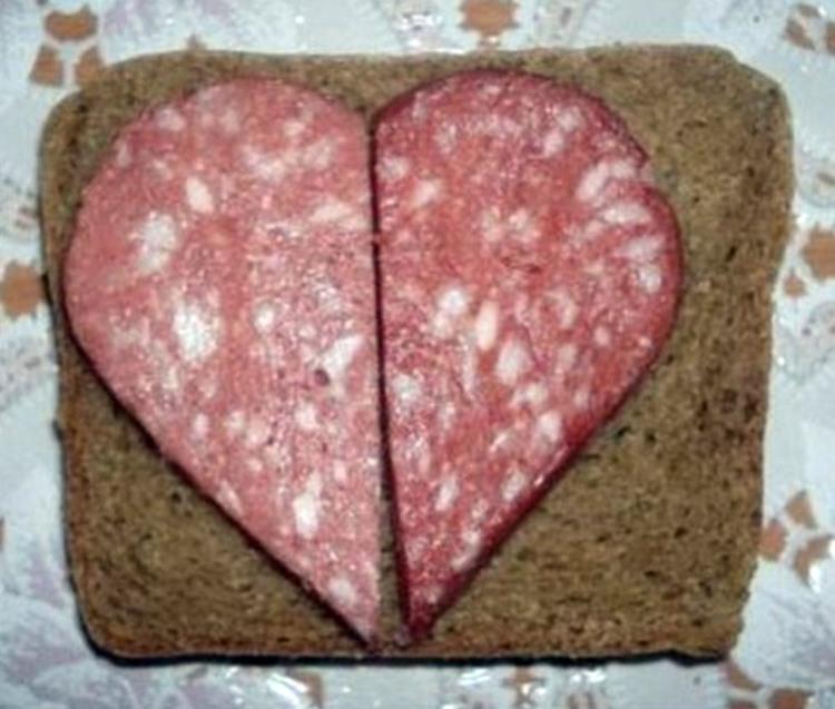 Валентинка з чорним хлібом з ковбаси