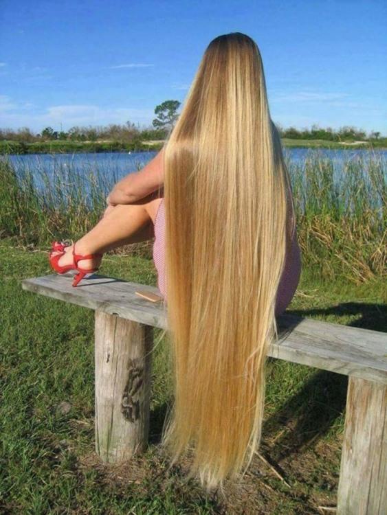 Дівчина з найдовшим волоссям