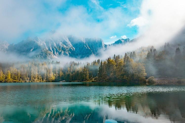Ранковий туман на озері в горах
