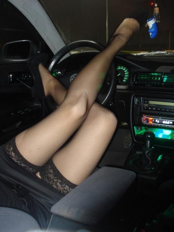 Дівчина керує машиною