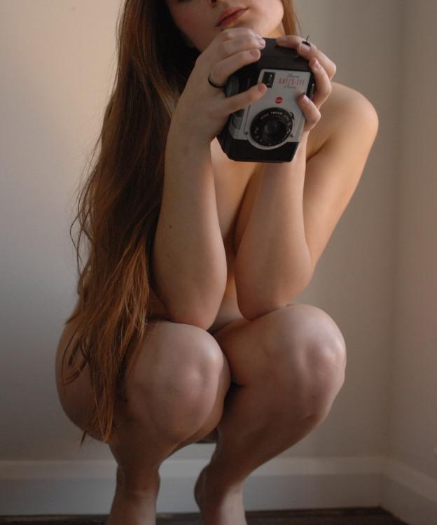 Гола дівчина з фотоапаратом