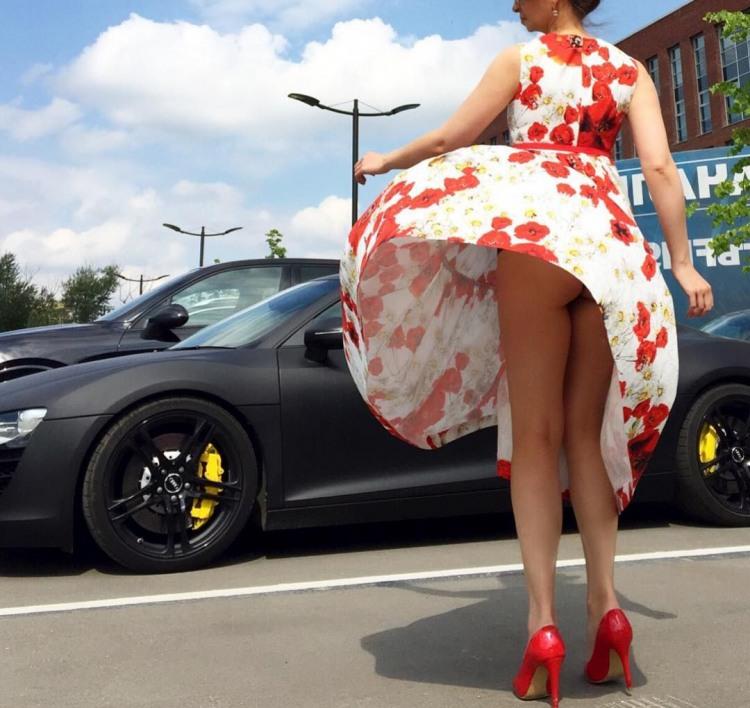 Вітер засвітив сідниці біля спортивної машини