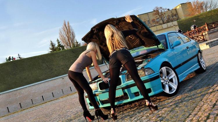 Білявки ремонтують BMW