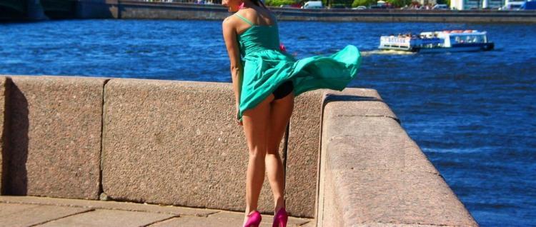 Вітер сукню тріпає