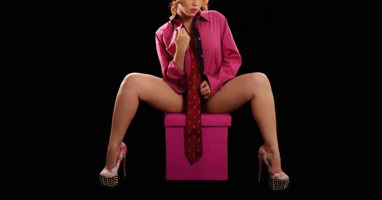 Сексуально вдягнула краватку