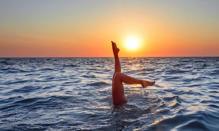 Акробатика в море на заході сонця
