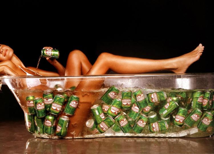 Дівчина у ванній з пивом