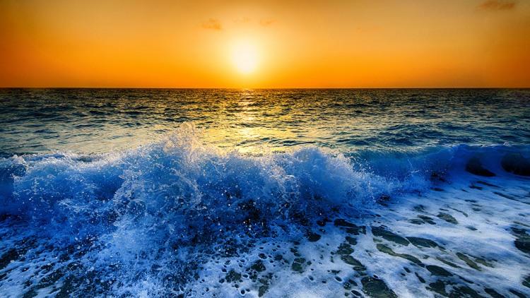 Хвилі на заході сонця