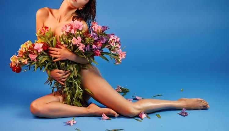 Дівчині з великим букетом квітів одяг не потрібен