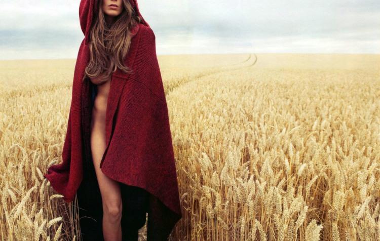 Дівчина гуляє полем