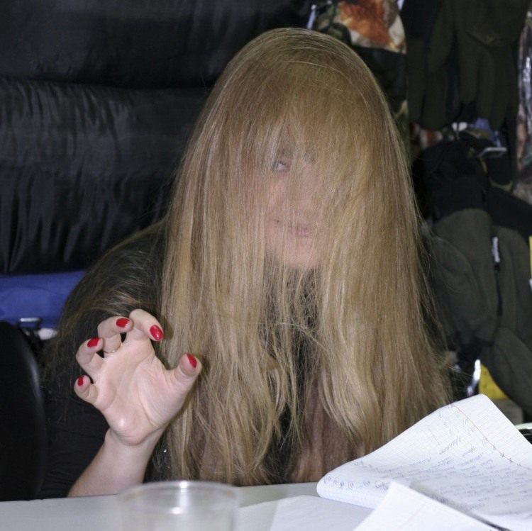 Білявка сховалася в волоссі