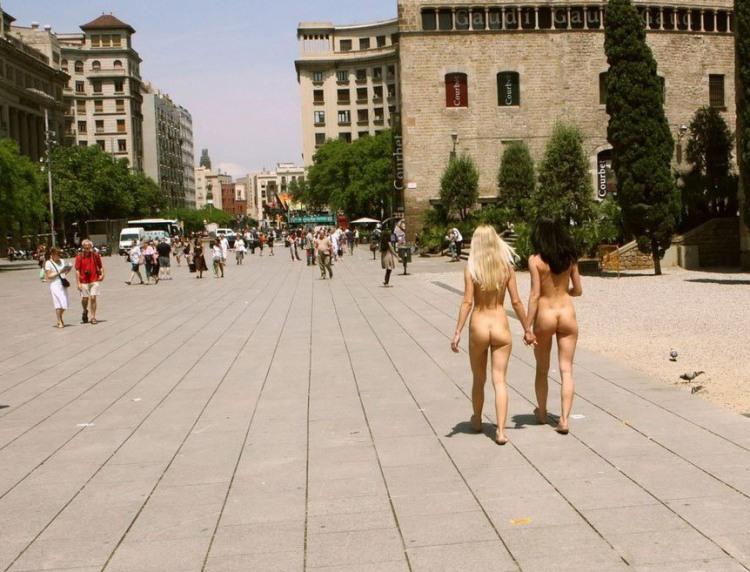 Нудистки подружки гуляють містом