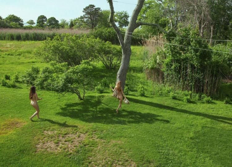 Нудистки тікають до лісу