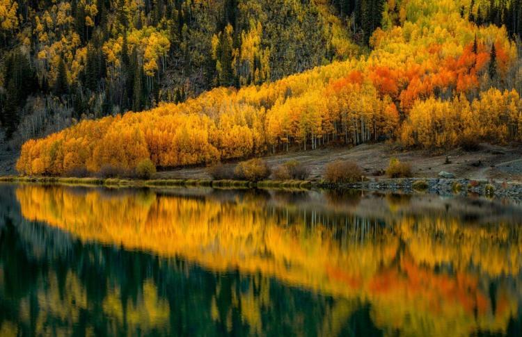 Осінь і дзеркальне озеро