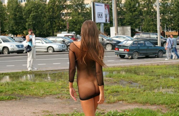 Дівчина в еротичній сукні