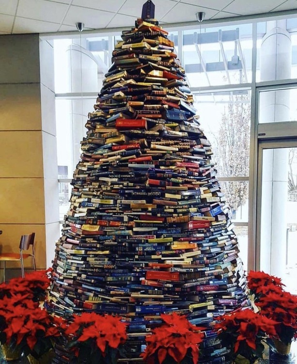 Ялинка з книг в бібліотеці - а що з ними ще робити ...