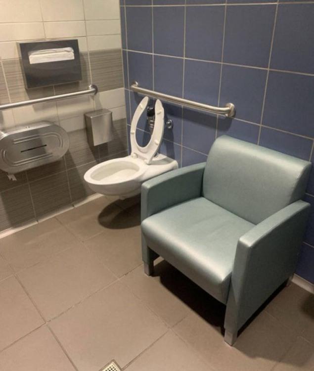 Щоб в туалеті не нудьгувати і було з ким побалакати