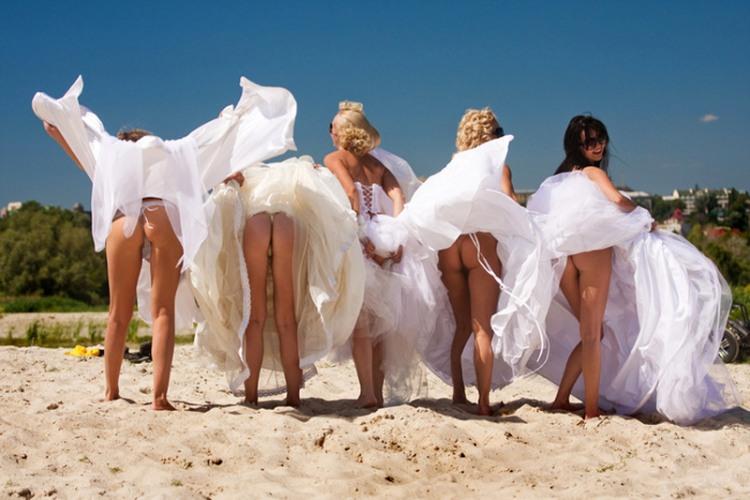 Веселі наречена з подругами задерли сукні