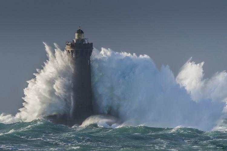 Маяк у хвилях