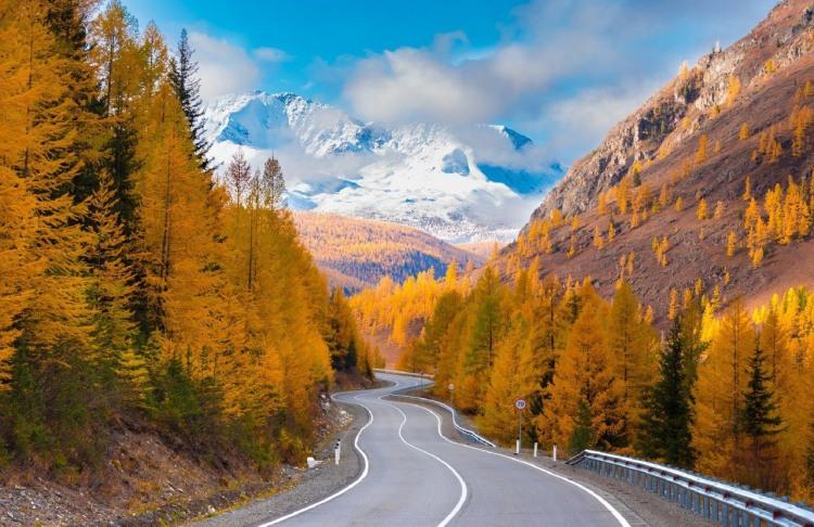 Осінь зустрілася з зимою в горах