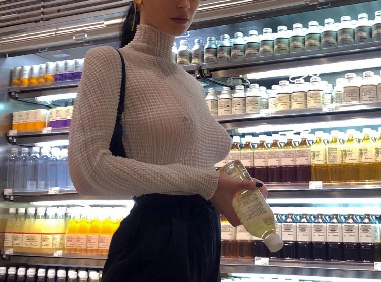 Якщо на хвилинку вискочила до крамниці, то навіщо вдягати бюстгальтер?