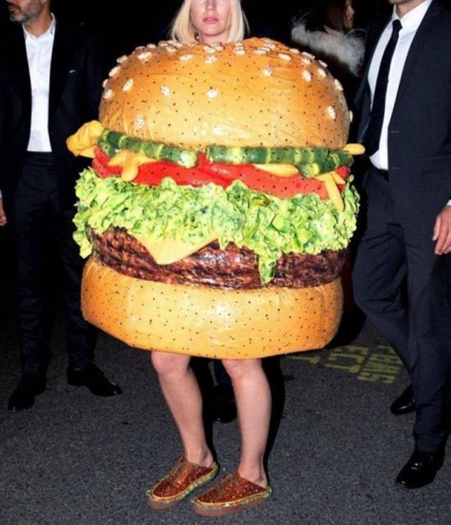 Апетитна дівчина - ходячий гамбургер