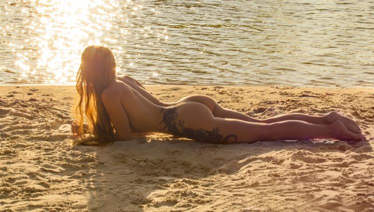 Дівчина на нудистському пляжі