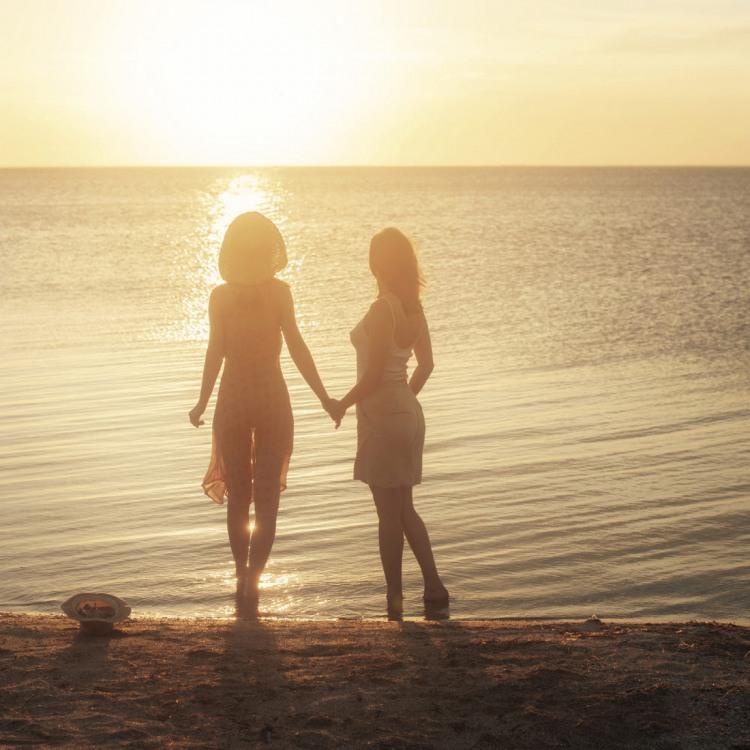 Дівчата в променях сонця