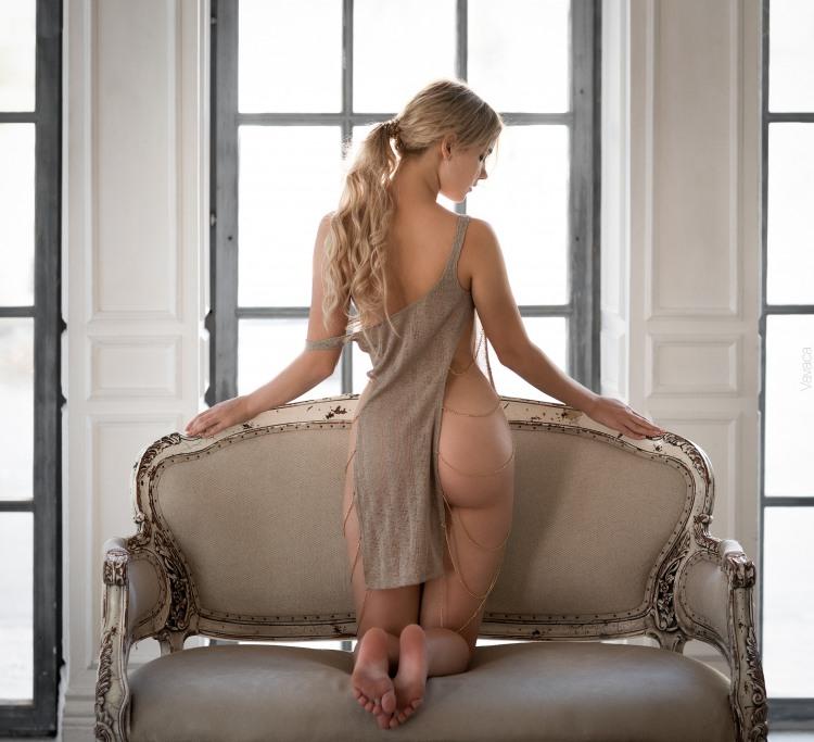 Білявка в еротичній сукні